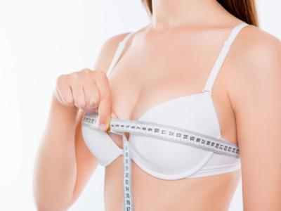 胸を測る女性