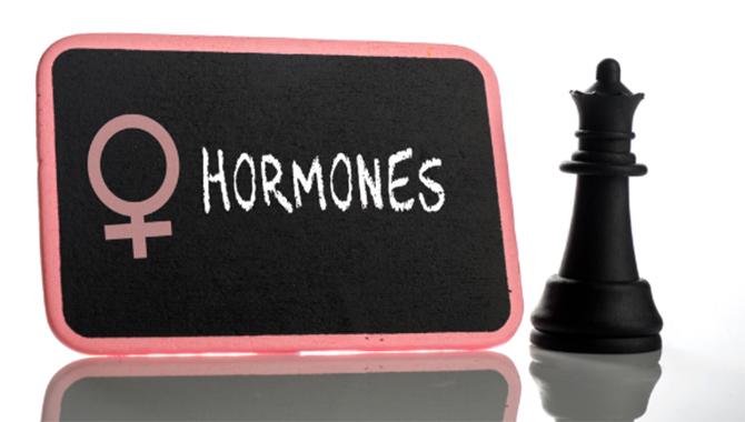 加齢や女性ホルモンの影響により胸がサイズダウンする原因
